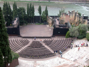 1015px-VeronaTeatroRomanoDalMuseo