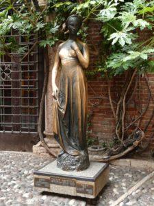 Julia, Bronzestatue von Costantini, im Hof des Julia-Hauses